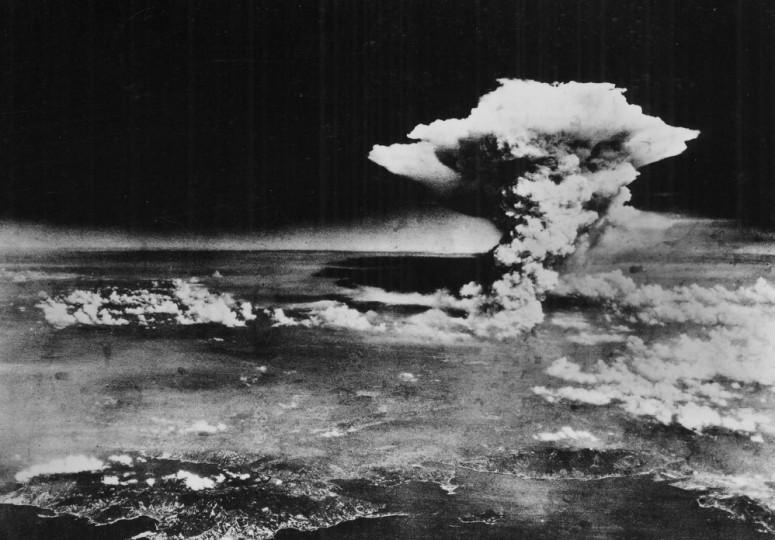 Atomic_cloud_over_Hiroshima_from_Matsuyama-998x696